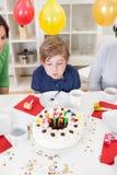 Junge an seiner Geburtstagsfeier Lizenzfreies Stockfoto