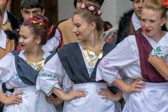 Junge serbische Tänzer von Banat, in den traditionellen Kostümen, stellen dar stockbild