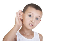 Junge setzte seine Hand zu seinem Ohr stockfotos