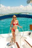 Junge sexuelle blonde Frau im Bikini Lizenzfreie Stockfotografie