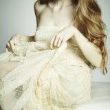 Junge sexuelle Frau des Art und Weisefotos, die auf einem Sofa sitzt Lizenzfreies Stockbild