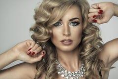Junge sexy blonde Frau in der schwarzen Wäsche Stockbild