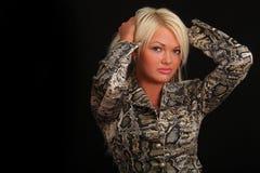 Junge sexy Blondine auf schwarzem Hintergrund Lizenzfreies Stockfoto