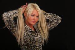 Junge sexy Blondine auf schwarzem Hintergrund Stockfoto