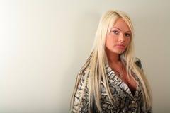 Junge sexy Blondine auf weißem Hintergrund stockfotografie