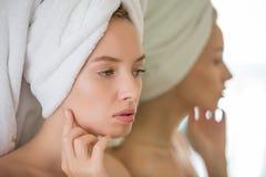 Junge sexy Dame, die Sorgfalt mit ihrer Haut anwendet stockfoto