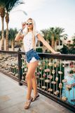 Junge sexy Frau Cherful im Erholungsort, Feiertagsferien, Stellung, werfend nahe bei dem Pool auf Stockbilder
