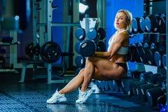 Junge sexy Frau, die Übungen mit Dummkopf in der Turnhalle tut Klassisches Bodybuilding Muskulöses blondes Eignungsfrauenhandeln Stockbilder