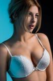 Junge sexy Frau, die in der Wäsche aufwirft Stockbilder