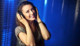 Junge sexy Frau, die Musik hört lizenzfreie stockfotos