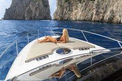 Junge sexy Frau liegt in einem Boot Stockbilder