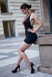 Junge sexy Frau mit schwarzem Kleid Stockbild