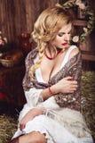 Junge sexy Frau mit Zopf in der rustikalen Art Stockfoto