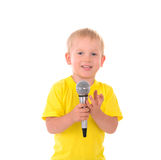 Junge singt mit Mikrofon Stockfotografie