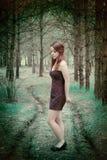 Junge sinnliche Frau in der hölzernen Harmonie mit Natur Lizenzfreies Stockfoto
