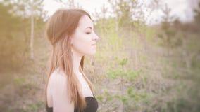 Junge sinnliche Frau in der hölzernen Harmonie mit Natur Stockfoto