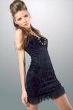 Junge sinnliche Frau im schwarzen Kleid Stockbild