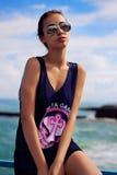 Junge sinnliche Frau mit dem Strömen des Haares gehend am Strand Stockfotos