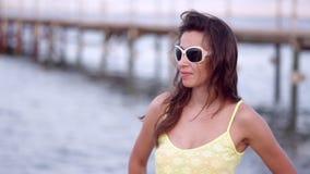 Junge sinnliche Frau mit dem Strömen des Haares gehend am Strand stock video footage