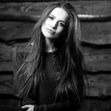 Junge sinnliche u. Schönheit Brunette-Frauenhaltung auf hölzernem Hintergrund Schwarz-weißes Foto Stockbild
