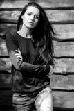 Junge sinnliche u. Schönheit Brunette-Frauenhaltung auf hölzernem Hintergrund Schwarz-weißes Foto Lizenzfreie Stockfotos