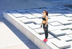 Junge, Sitz und sportliche Frau, die für das städtische Rütteln sich vorbereiten Lizenzfreie Stockbilder