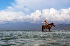 Junge sitzt auf seinem Pferd lizenzfreie stockfotos