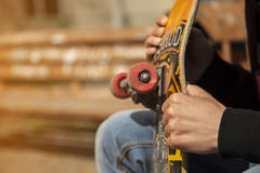 Junge Skateboardfahrerbeine, die draußen am skatepark Skateboard fahren Lizenzfreie Stockbilder