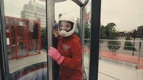 Junge Skydiverfrau, die zum Flug im Windkanal fertig wird stockbild