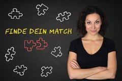 Junge smily Frau mit den gekreuzten Armen, den Puzzlespielstücken und Text 'Finde-dein Match 'auf einer Tafel Übersetzung: 'Finde stockfotografie