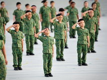 Junge Soldaten, die während durchführen Wiederholung 2013 der Nationaltag-Parade-(NDP) Stockbild