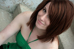 Junge sommersprossige Frau im Grün Lizenzfreies Stockbild