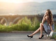 Junge sorglose Frau an der Straße Stockfotos