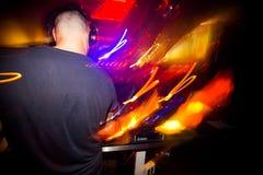 Junge spielen DJ, das eine populäre Mischung in den modernen Vereinen spielt Stockfotos