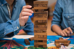 Junge spielen jenga Holzspiel Stockfotografie
