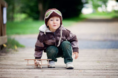 Junge, spielend mit Flugzeug Stockfotografie