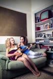 Junge spielende und singende Frauen lizenzfreies stockfoto