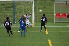 Junge Spieler spielen Fußball stockbilder