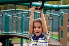 Junge am Spielplatz Stockbild