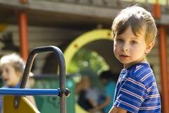 Junge spielt auf Spielplatz Lizenzfreie Stockbilder