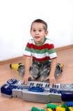 Junge spielt das Spielzeugklavier Stockfoto