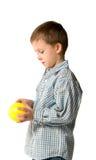 Junge spielt eine Kugel Stockfoto