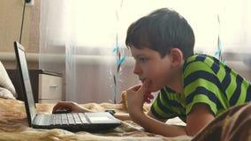Junge spielt Laptopgrasen Internet stock footage
