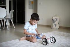 Junge spielt mit seinem Roboter stockfoto