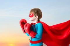 Junge spielt Superhelden Stockfotos