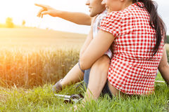 Junge sportive Paare, die draußen wandern Lizenzfreies Stockfoto
