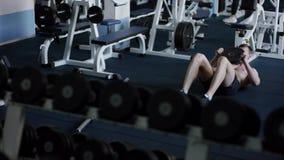 Junge Sportler cruunches seine ABS mit Extragewicht in einer Turnhalle stock video