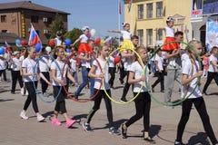 Junge Sportler der Stadt trägt Schulen zur Schau Feiern Mai erster, der Tag des Frühlinges und der Arbeit Maifeiertagsparade auf stockfotos