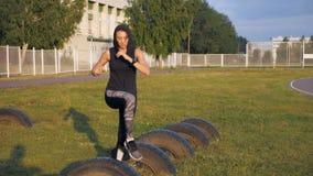 Junge Sportlerin der Eignung, die Übung auf Stadion tut stock video footage
