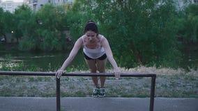 Junge Sportlerin, die draußen Übung tut stock video footage